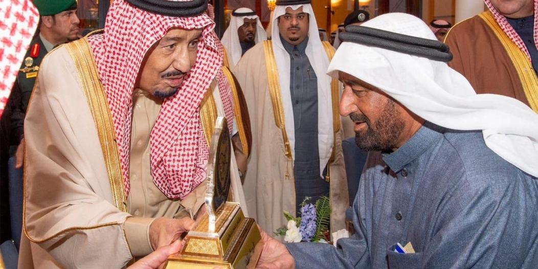 فيديو وصور.. الملك سلمان يكرم الفائزين في سباق الهجن الكبير بـ #الجنادرية