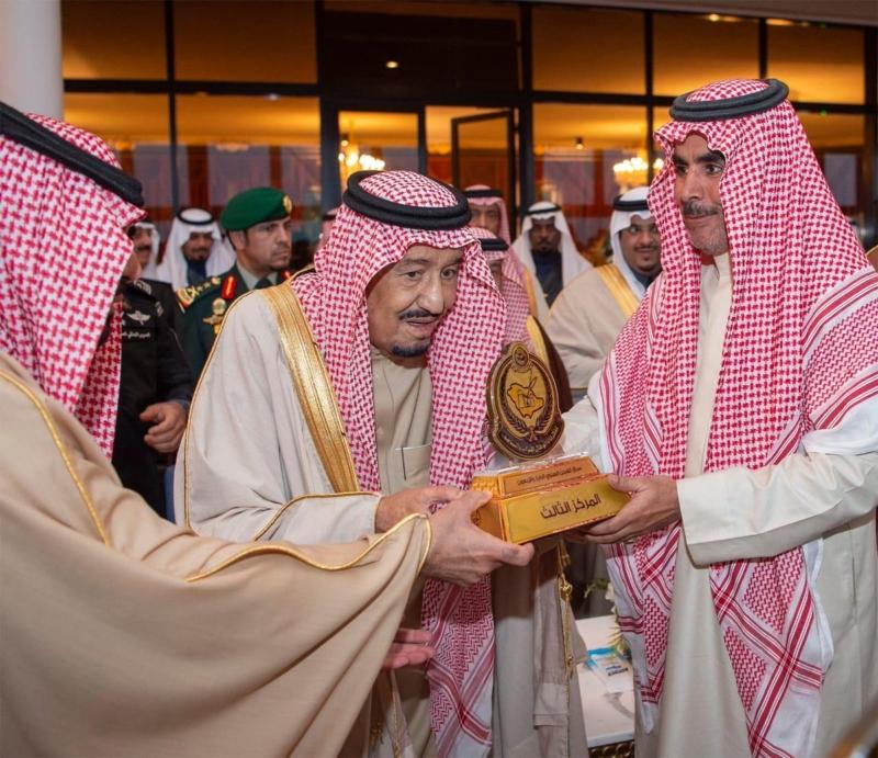 فيديو وصور.. الملك سلمان يكرم الفائزين في سباق الهجن الكبير بـ #الجنادرية - المواطن