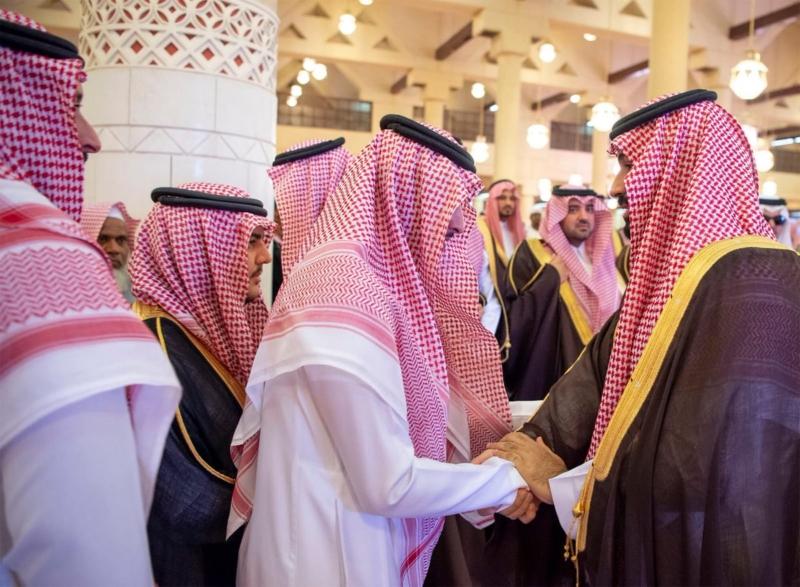 محمد بن سلمان يؤدي صلاة الميت على الأميرة الجوهرة بنت فيصل بن سعد - المواطن