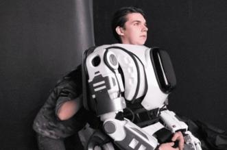شاهد.. سقطة علمية روسية.. إنسان حقيقي داخل روبوت آلي - المواطن