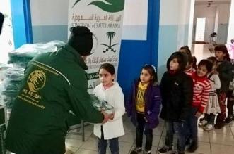 صور.. إغاثي الملك سلمان يوزع 1,871 حقيبة مدرسية على الطلاب السوريين - المواطن