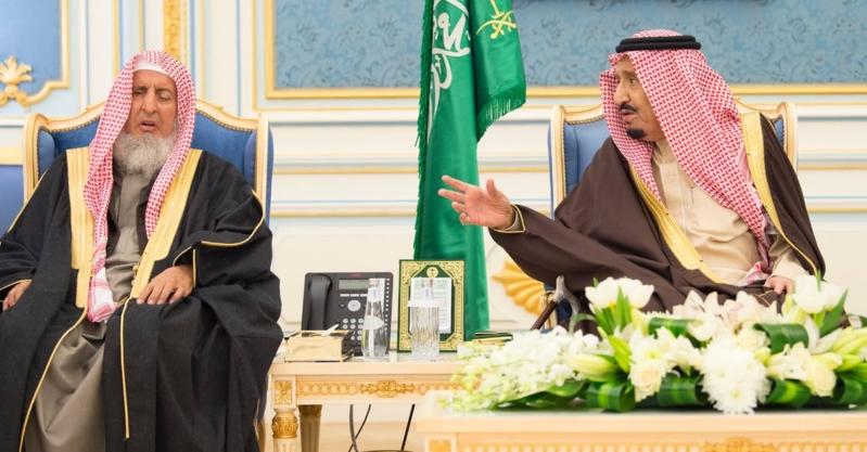 الملك سلمان يستقبل الأمراء والمفتي والعلماء وجمعاً من المواطنين