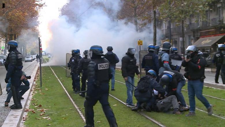 #باريس تشتعل.. #السترات_الصفراء تستهدف قصر الإليزيه والأمن يرد بقنابل الغاز
