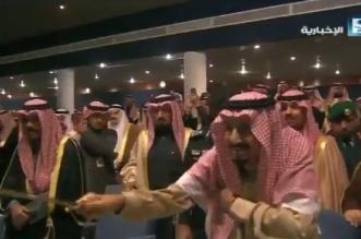 فيديو.. الملك سلمان يشارك بأداء العرضة في مهرجان #الجنادرية33 - المواطن