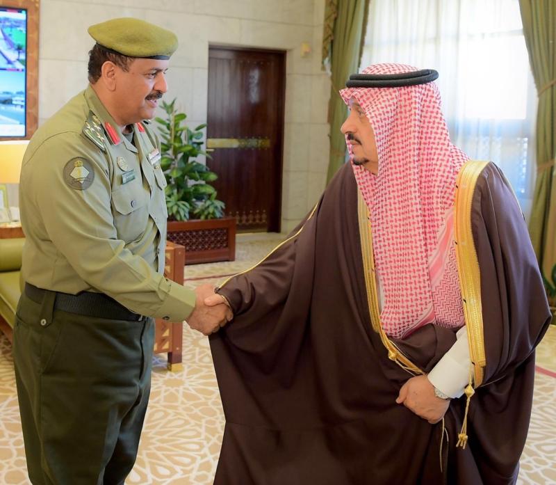 فيصل بن بندر يستقبل مدير جوازات الرياض ومساعده - المواطن