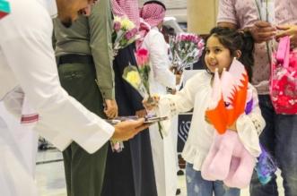 صور.. مطارات المملكة توزع الورود في ذكرى #اليوم_الوطني_البحريني - المواطن