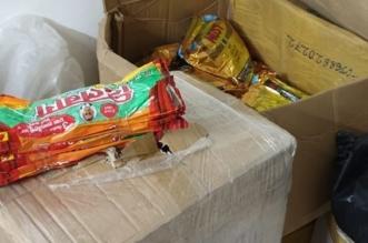 صور.. ضبط منزل شعبي يستخدم لتصنيع وتخزين مواد التبغ بالمدينة - المواطن
