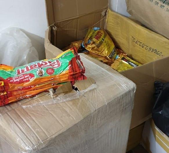 صور.. ضبط منزل شعبي يستخدم لتصنيع وتخزين مواد التبغ بالمدينة
