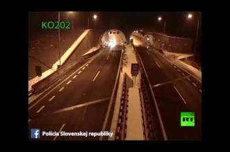 فيديو .. نجاة سائق متهور في حادثة أشبه بأفلام هوليود - المواطن