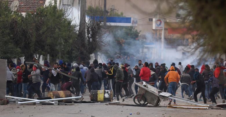 احتجاجات واشتباكات في تونس بعد انتحار مصور تلفزيوني حرقاً