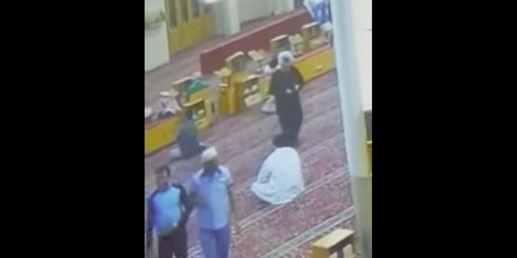 فيديو مؤثر.. وفاة عامل في مسجد بحي الفيحاء عقب أدائه صلاة المغرب