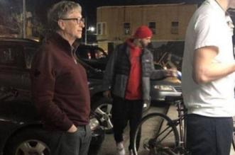 بيل غيتس يقف في طابور لشراء وجبة من مطعم برغر - المواطن