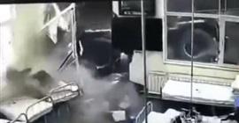 فيديو.. شاحنة عملاقة تقتحم غرفة المرضى بمستشفى