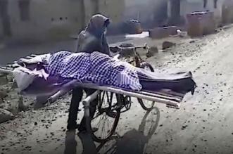 شاب ينقل جثة والدته على دراجة بعد رفض الجيران مساعدته - المواطن