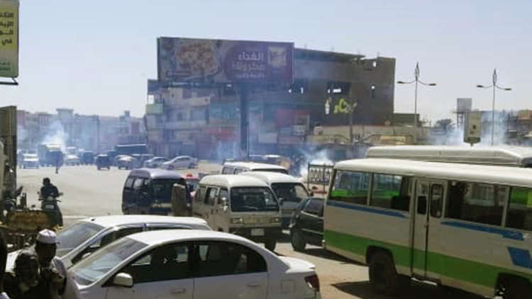 الشرطة تفرق المتظاهرين بالغاز المسيل للدموع في الخرطوم وأم درمان