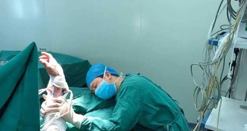 النوم يداهم طبيبًا في غرفة العمليات