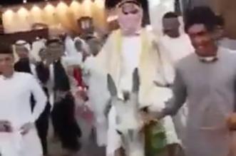 فيديو طريف.. عريس يحضر حفل زفافه على ظهر حمار - المواطن
