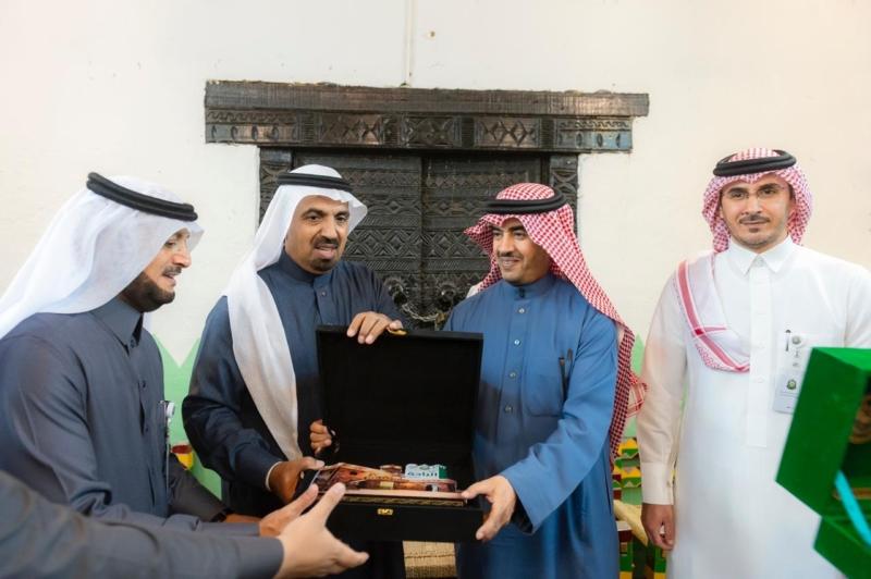 شاهد الصور.. توجيهات وإشادة في زيارة اللويحق لقرية الباحة في الجنادرية - المواطن