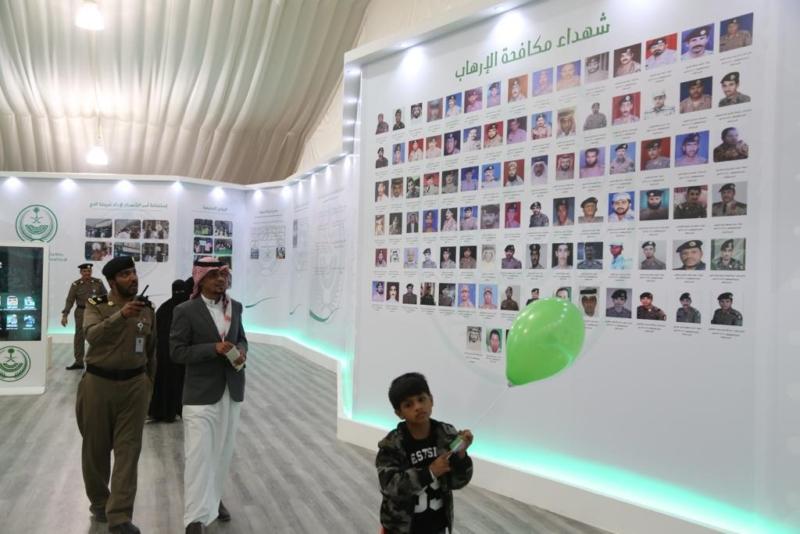 بالهدايا والصور التذكارية.. الداخلية تودع زوار الجنادرية - المواطن