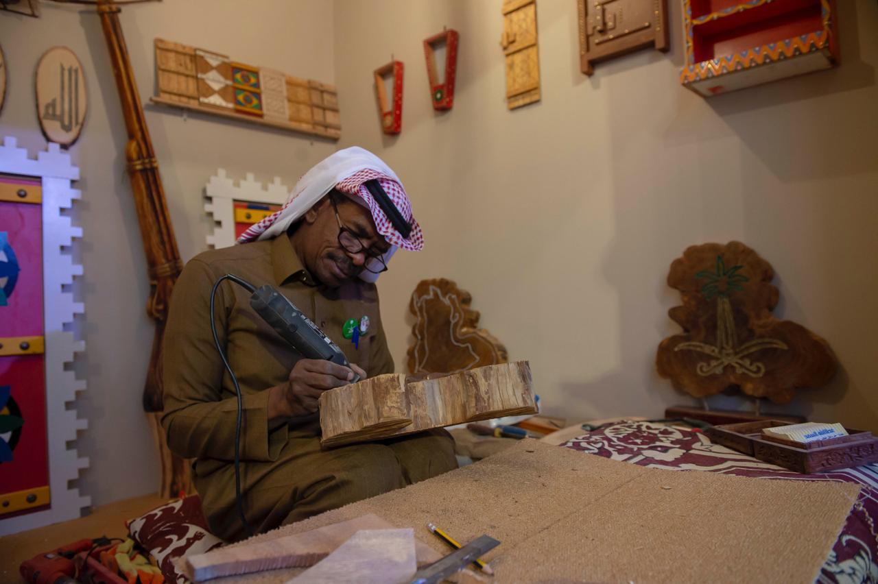 شاهد بالصور حرف يدوية ومعروضات شعبية بسوق مهرجان الصقور صحيفة المواطن الإلكترونية