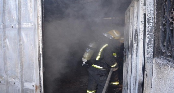صور.. إصابة امرأة وطفل وإخلاء عائلة بحريق منزل في تبوك