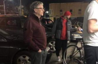 صورة طابور البرجر تجعل بيل جيتس حديث العالم على مواقع التواصل - المواطن