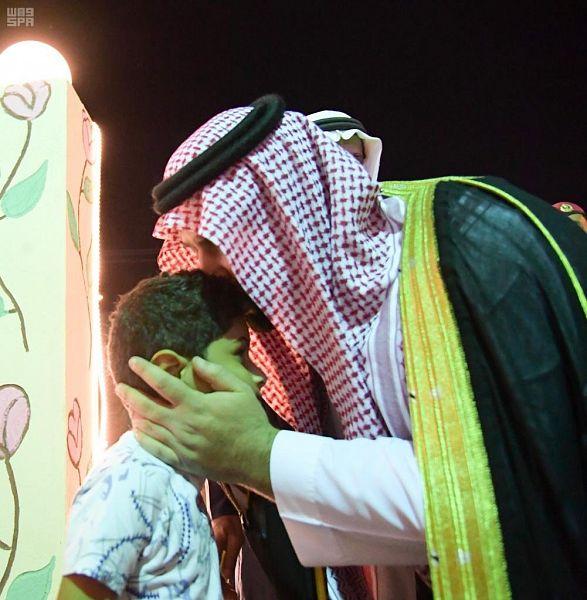 أمير جازان بالنيابة يعزي ابن الشهيد لخامي بقبلة على رأسه