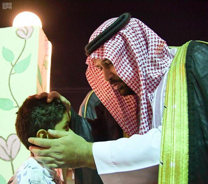أمير جازان بالنيابة يعزي ابن الشهيد لخامي بقبلة على رأسه - المواطن