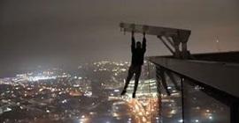 فيديو.. مغامر يتأرجح بيد واحدة أعلى مبنى شاهق بارتفاع 213 مترًا! - المواطن