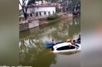 فيديو.. قائد مركبة يخطئ الجسر ويسقط في النهر - المواطن
