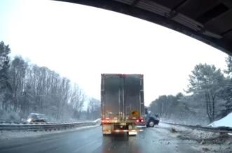لحظة انزلاق شاحنة واصطدامها بجسر على طريق سريع - المواطن