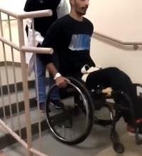 فيديو.. ممرضة سعودية تساعد مريضاً مقعداً على صعود الدرَج بكلمات محفزة - المواطن