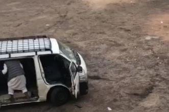 فيديو مستهجن.. سائق ميكروباص يقذف طلابًا داخل المركبة بالحجارة ومطالبات بمعاقبته - المواطن