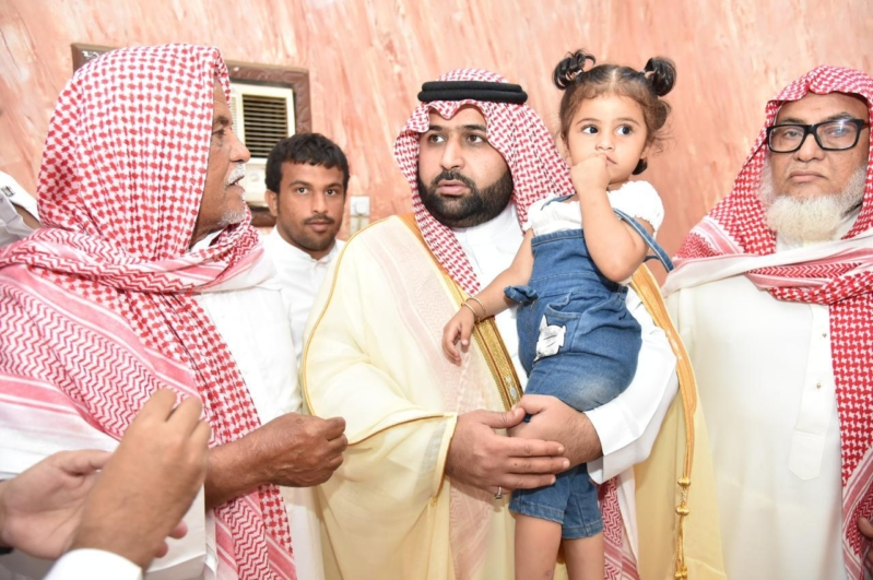 نائب أمير جازان ينقل تعازي الملك سلمان ومحمد بن سلمان لذوي الشهيد الحكمي