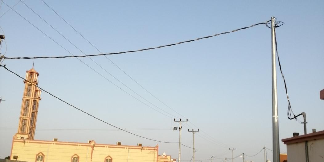 """تجاوباً مع """"المواطن"""".. رفع أسلاك الكهرباء المتدلية بأحد المسارحة"""