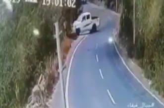 فيديو.. سقوط مروع لسيارة من أعلى جبل فيفا جازان - المواطن