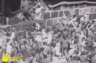 فيديو نادر.. الملك فيصل ينزل من الكعبة المشرفة بعد غسلها - المواطن