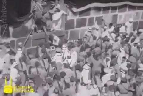 فيديو نادر.. الملك فيصل ينزل من الكعبة المشرفة بعد غسلها
