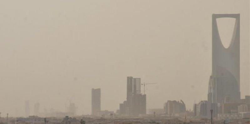 تنبيه لأهالي الرياض.. موجة غبار تسبب تدني الرؤية الأفقية