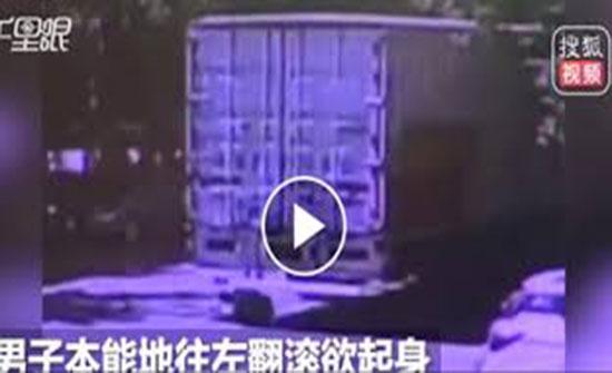 فيديو.. مصرع شاب انشغل بهاتفه تحت عجلات شاحنة