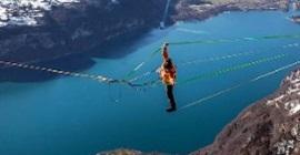 فيديو.. مغامر يخاطر بتجربة غريبة على ارتفاع 900 متر - المواطن