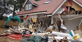 فيديو.. مطرود من العمل يحطم 5 منازل جديدة!