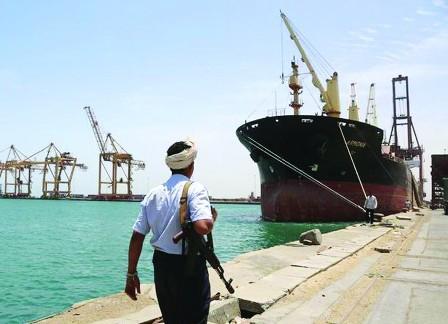 التحالف: ميليشيا الحوثي تعطل دخول سفينتين تحملان مواد غذائية