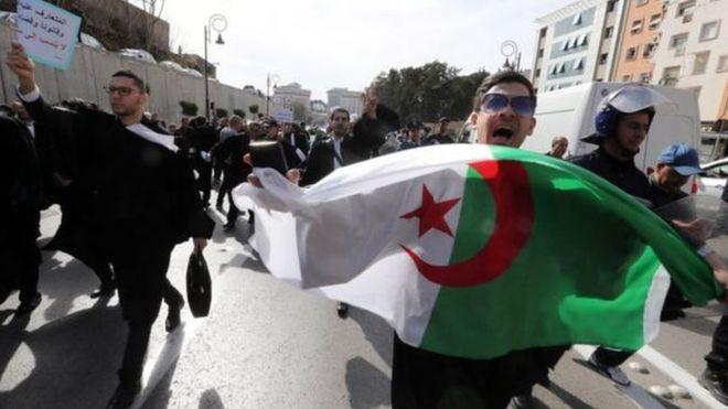 مظاهرات في الجزائر تطالب بتغيير سياسي فوري