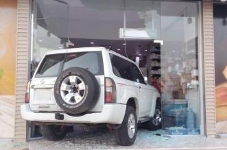 صور.. مركبة تقتحم متجر مواد غذائية في مكة وتحطم واجهته - المواطن