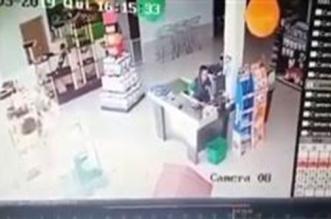 فيديو.. سيارة دفع رباعي تقتحم متجرا وتدهس موظفة - المواطن