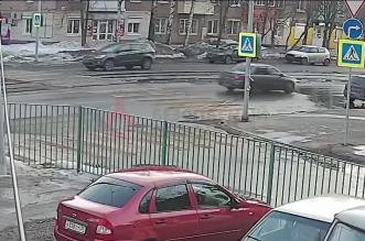فيديو.. تهور فتاة أثناء عبور الطريق يعرضها لحادث دهس - المواطن