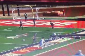 فيديو وصور.. لحظة سقوط عمود إضاءة على لاعبي كرة قدم - المواطن