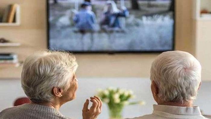 دراسة تحذر: التلفاز خطر على ذاكرة كبار السن