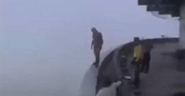 فيديو.. نهاية مروعة لشاب سار على حافة مبنى شاهق الارتفاع! - المواطن
